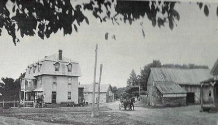 Les hôtels d'Otter Lake- L'hôtel qu'on voit a été construit par Ben Kiloran qui en fut le premier propriétaire. Par la suite, c'est George Murphy qui l'occupa. En arrière-plan, on voit une écurie pour accueillir les chevaux des visiteurs. De l'autre côté de la rue, on voit une grange et un coin d'un autre hôtel du village qui appartenait à Olympe Desjardins. Malheureusement, ces structures n'existent plus.