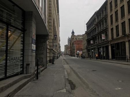 Rue Notre-Dame. de Montréal en avril 2020, confinement à cause du COVID-19. Photo : GrandQuebec.com.