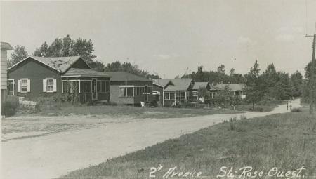 Le développement domiciliaire de la 2e Avenue à Sainte-Rose-Ouest. Photographe: Rolland Beauchamp, Studio Beauchamp. Carte postale, vers 1945-1950.