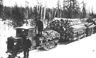Tracteur utilisé dans l'industrie forestière dans les années 1950. Photographie de l'époque, libre des droits.