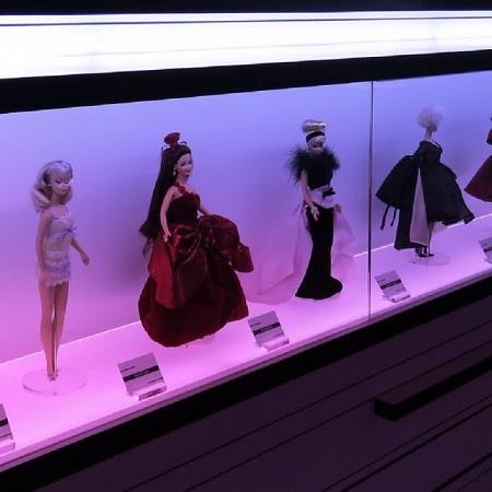 Se demander si un ordinateur peut penser est aussi intéressant que de se demander si un sous-marin peut nager. (Edsger Wibe Dijkstra). Photographie des poupées Barbie de GrandQuebec.com.