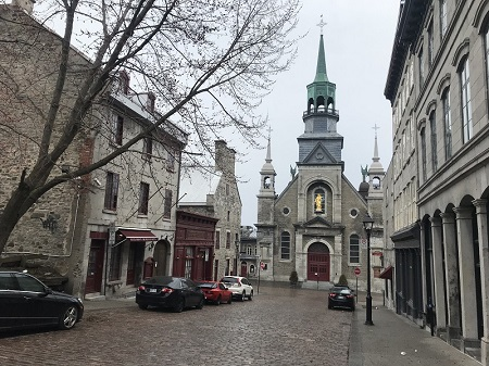 La chapelle Bonsecours, située au coeur du Vieux-Montréal, les rues sont désertes lors de la pandémie de COVID-19 en avril 2010. Photo de GrandQuebec.com.