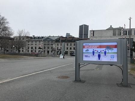 Covid-19. Panneau dans le Vieux-Port de Montréal. Photo de GrandQuebec.com.
