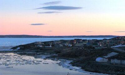 La vue générale du village nordique de Kangirsuk. Source de la photo : commons.wikimedia.org/wiki/File:Kangirsuk_at_dawn_or_dusk_-b.jpg. Auteur : Steven Roberge.