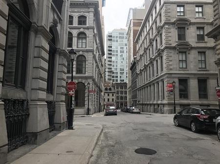 Rue Sainte-Hélène du Vieux-Montréal en avril 2020. Une nouvelle pandémie. Photo de GrandQuebec.com.