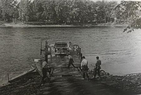 Le traversier entre l'île Bizard et Laval-sur-le-Lac, vers 1950. Photographe: L. Charpentier, Montréal. Collection de l'auteur.