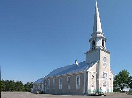 La place de l'église est un ensemble architectural intégré comprenant le presbytère et l'église dont la construction remonte au début du siècle. Source de la photo : Site Web de la municipalité.
