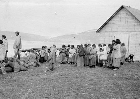 Photographie, Employés du poste de traite de Revillon Frères à Kangiqsujuaq (baie Wakeham), QC, 1909, Hugh A. Peck, Sels d'argent - Gélatine argentique - 10.4 x 15.8 cm