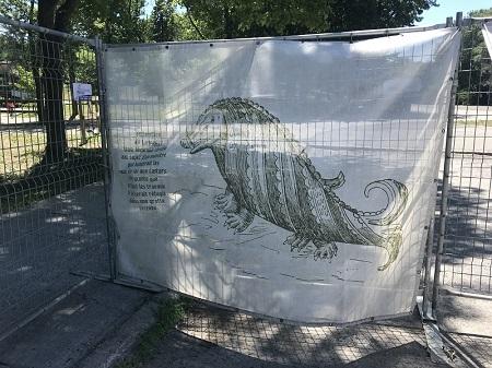 Un panneau avisant les passants du danger du monstre du lac aux Castors connu sous le nom de Lenusic. Photo de Megan Jorgensen.