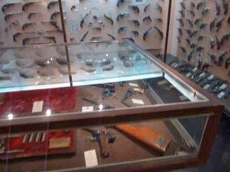 Exposition de pistolets.