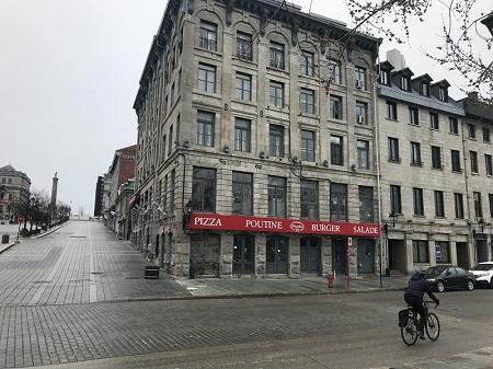 Place Jacques-Cartier de Montréal, la place est déserte à cause de la pandémie Covid-19 qui sévit un peu partout dans le monde en 2020. Photo : GrandQuebec.com.
