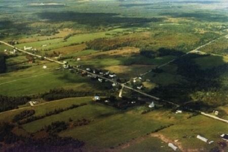 Vue aérienne du Hameau de Island Brook de la municipalité de Newport. Source de l'image : Site Web de Newport.
