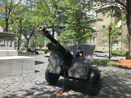 La prière est l'arme du fidèle. Une pièce d'artillerie dans le parc de la place du Canada, à Montréal. Photo de Megan Jorgensen.
