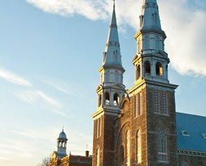 Église de Saint-Jacques : commons.wikimedia.org/wiki/File:Eglise-Saint-Jacques.jpg Auteur : Geai Bleu.