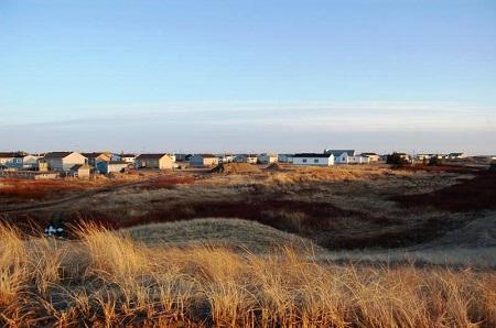 Village de Nutashkuan vu par Iphigénie Marcoux-Fortier. L'image a été versé dans le domaine public.