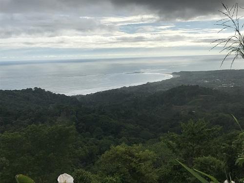 Le témoins voient ce qui ne voit pas l'absent. L'océan Pacifique en décembre vu d'une butte dans les environs du village d'Uvita-de-Osa, au Costa Rica. Photo de Megan Jorgensen.