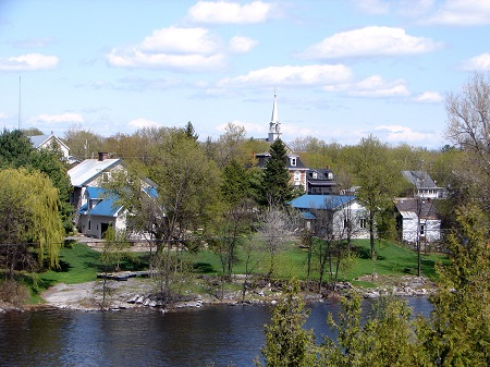 Vue générale de la municipalité du village de Portage-du-Fort. Source de l'image : https://upload.wikimedia.org/wikipedia/commons/3/32/Portage-du-Fort_QC_1.JPG. Auteur : P199.