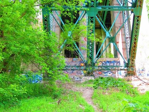Supportes d'un pont qui traverse une ravine. Il y en a trois ravines sur le territoire du quartier de Rosedale. Photo de Megan Jorgensen.