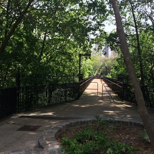 Pont piéton Morley-Callaghan qui relie Rosdale au quartier de Church. Photo de Megan Jorgensen.