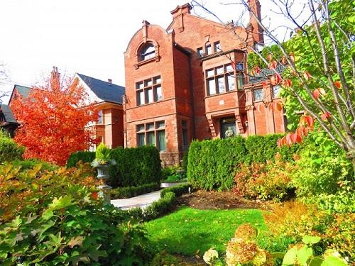 Maison en briques rouges. Photo de Megan Jorgensen.