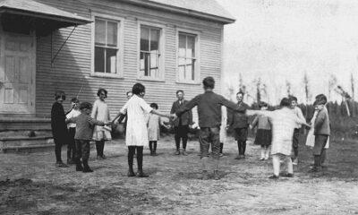 Enfants devant l'école du village, 1927
