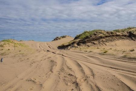 Célèbres dunes des Îles-de-la-Madeleine, destination touristique par excellence pour les mordus des promenades. Photo de Nina Boer.