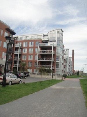 Projet résidentiel, rues St. Beaudoin, Ste-Marguerite, ces maisons donnent sur le canal Lachine. Photo : © GrandQuebec.com.