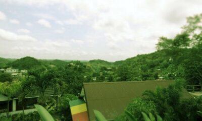 """""""Nul moyen de le quitter pour la Lune, Mars, Vénus, Jupiter, ou toute autre planète du système solaire."""" (Jules Verne, Robur le Conquérant). La vue depuis le musée Bob Marley à Kingston, au Jamaïque. Photo de Megan Jorgensen."""