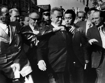 Le premier ministre soviétique assailli par Geza Matrai. À côte, le premier ministre Trudeau a'apprête à intervenir. Photo libre de droits.