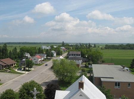 Vue panoramique de la municipalité de Sainte-Cécile-de-Lévrard. Source de l'image : Site Web de la municipalité. Auteur : Serge Brisson.