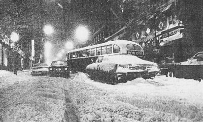 Lutte inégale. Rue Saint-Laurent, comme ailleurs à Montréal et au Québec, la lutte était bien inégale entre les véhicules mal chaussés et les intempéries. Et l'abandon de certains, après une vaillante lutte, ne facilitait pas la tâche des outres qui devaient les contourner.Photo Paul-Henri Talbot, La Presse.