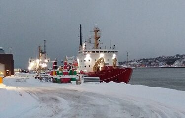 Un bateau au quai du port de Québec. Photo d'Anatoly Vorobyev.