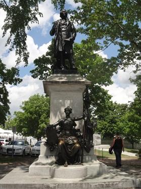 Monument de John A. Macdonald, installée sur la Colline du Parlement à Ottawa, oeuvre de Louis-Philippe Hébert. Photo :© GrandQuebec.com.