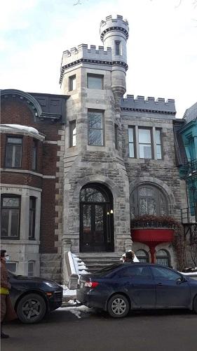 Un bâtiment sur la place Saint-Louis de Montréal. Photo de GrandQuebec.com.