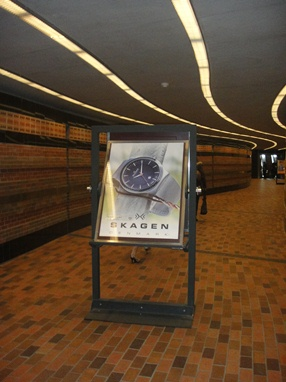 Skagen, panneau publicitaire à l'entrée du Centre du Commerce Mondial. Photo : © GrandQuebec.com.