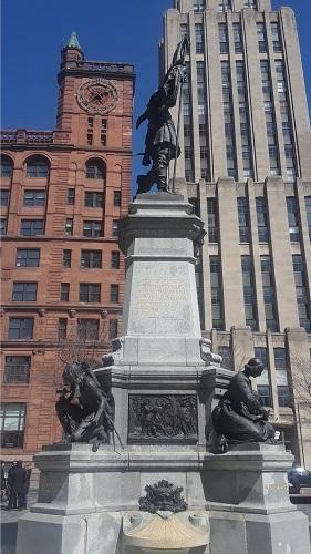 Place d'Armes. dans le Vieux-Montréal. Photo de GrandQuebec.com.