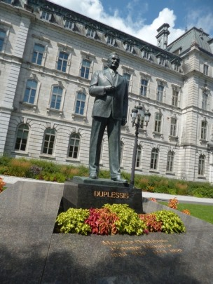Monument à Maurice Duplessis en face du Parlement. Photo : GrandQuebec.com.