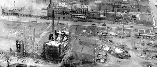 Quelque 230 immeubles ont été rasés par les flammes laissant un quartier aux airs de ville bombardée. Le feu a détruit l'hôpital (à gauche) ainsi que la majoirité des édifices publics de la ville. Photo du journal La Presse.