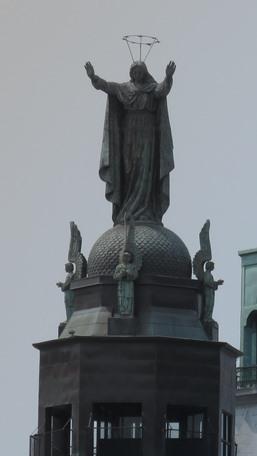 La Vierge sur le toit de la chapelle Bonsecours à Montréal. Photo : GrandQuebec.com.