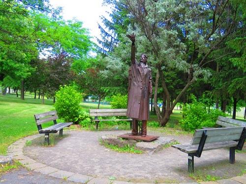 Monument, parc Laval