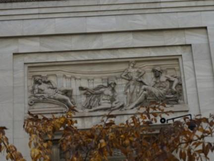 Bas-relief sur la façade du musée des beaux-arts de Montréal