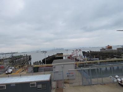 Grues sur les quais d'un port