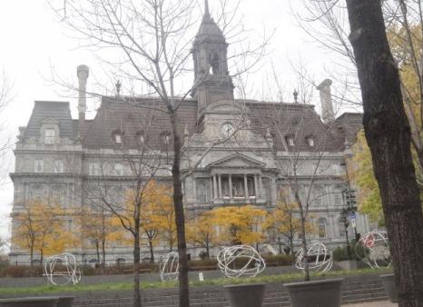 Hôtel de ville en automne