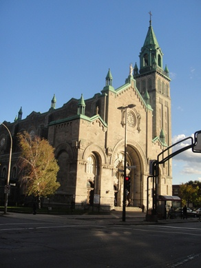 Église Nativité-de-la-Sainte-Vierge-d'Hochelaga, une église catholique située dans le quartier Hochelaga. Son adresse est le 1855, rue Dézery. Sa construction fut terminée en 1924. Photo : © GrandQuebec.com.