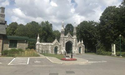 Entrée principale du cimetière Mont-Royal. Photographie de Megan Jorgensen.