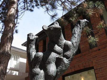 «La création a toujours besoin de hasard.» Les Têtes à Papineau. Photographie de Megan Jorgensen: Un monument à Yorkville, Ontario.