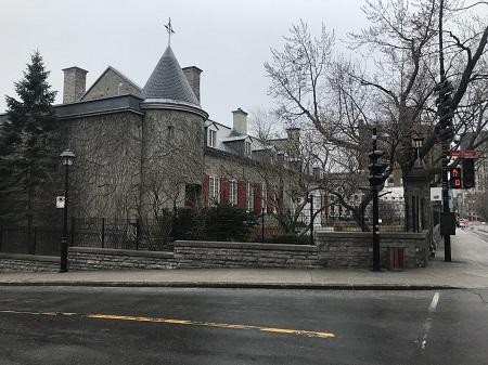 Château Ramezay en avril 2020, un printemps triste, en pleine pandémie. Photo de GrandQuebec.com.