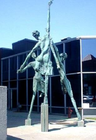"""Trialogue"", la magnifique sculpture de 24 pladt dt hauteur, *wvr» 4a l'artiifa Han» Schleeh, qui orna la devanture da la Waia C6fe>dae>Ntfge« la nouvaau centre commtreial qui ouvra •M porta# damaln dan# la quartier nerd-euMt da la villa."