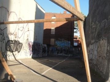 cour et graffiti