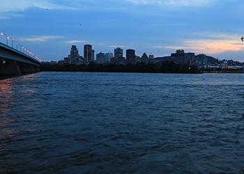 le fleuve et le panorama de montréal